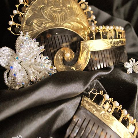 Las Peinetas: son imprescindibles en el arreglo de la cabeza de la empollerada. Se coloca un Peineton el centro de la cabeza y dos pares de Peinetas a los lados de la cabeza. @joyeriafedi muestra un hermoso Peineton de oro, con Peinetas roba corazon con brillos y perlas. #tradicion #folclor #milpolleras #azuero #amorporlapollera #jewelry #joyero #pollera #picture #travelgram #travelers #destiny #vacation #awesome #instamoment #viajeros #mipanama #instatrip #instalike #traveladdict…