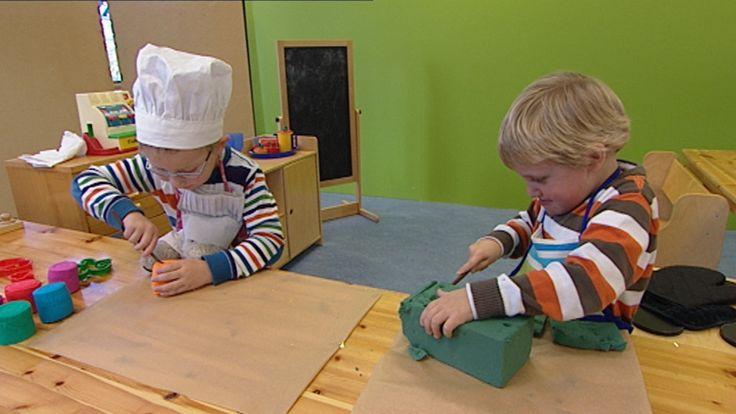 Kinderen spelen bakkertje in de poppenhoek, ze bakken verschillende soorten brood en verkopen ze aan de klanten.