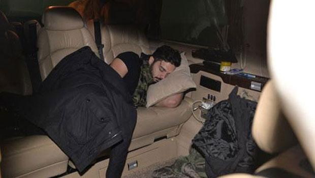 Şarkıcı İlyas Yalçıntaş, aracının içinde uyuyakaldı