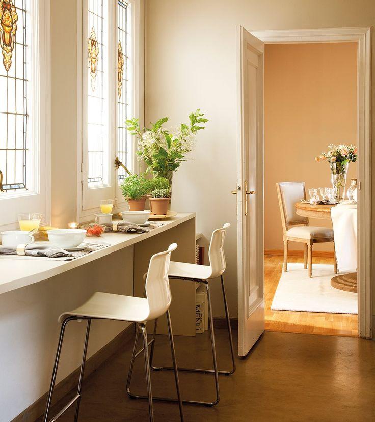 Detalle de barra de desayunos en una cocina con el comedor for Barra de comedor