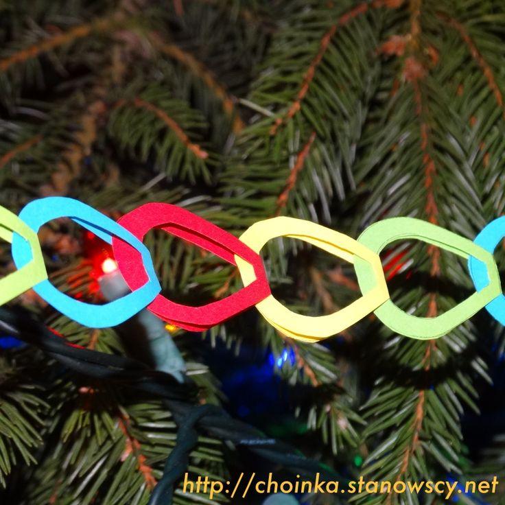 Łańcuch papierowe podkówki - Zabawki z naszej choinki  Tradycyjny łańcuch, który można było spotkać w wielu domach. Ogniwa występowały w różnych wzorach. Najpopularniejsze były podkówki oraz kółka. Taki łańcuch wykonamy wspólnie z 7-latkiem.