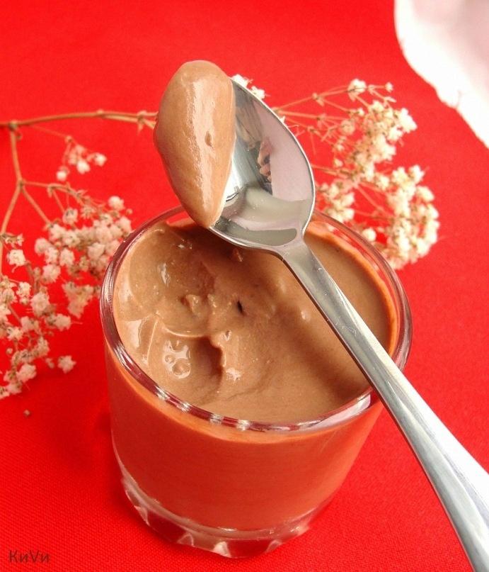 Шоколадный крем :  400 г натурального йогурта (у меня домашняя простокваша)  100 г шоколада (у меня содержание какао 80% с кусочками какао-бобов)  Шоколад растопить на водяной бане или в микроволновке.  Перемешать растопленный шоколад с йогуртом комнатной температуры, охладить.  Йогурт тоже лучше взять густой, но и с обычным мусс становится более густым после пары часов в холодильнике. Оставила на ночь в холодильнике, а утром был прекрасный густой десерт на завтрак, мне очень понравилось…