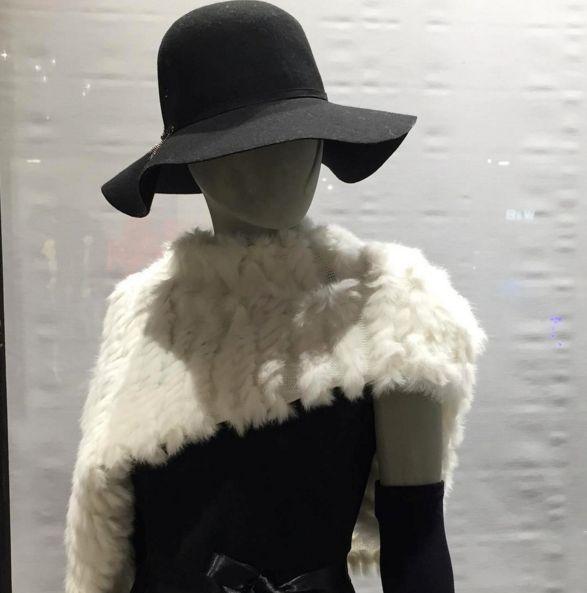 Outfit chic in black and white per una serata elegante. Vestito nero, capello e stola di pelliccia. https://www.facebook.com/whitearzignano/ #outfit #whiteabbigliamento #arzignano #abbigliamento #modadonna #cappello #stola #pelliccia #blackdress #abito #abitonero #look #classic #style #abbigliamentodonna #negozioabbigliamento