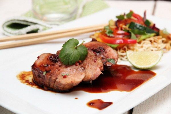 Soyamarinert svinefilet med wokede grønnsaker og nudler