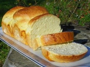 Ingrédients : 600 g de farine 2 jaunes d'oeufs 1 cube de levure de boulanger fraiche 40 g de sucre 5 g de sel Préparation: mettre dans le bol, la levure, 280 g d'eau, le sucre et régler 1 minute à 37° à vitesse 1,5 ajouter la farine, le sel, 1 jaune d'oeuf...