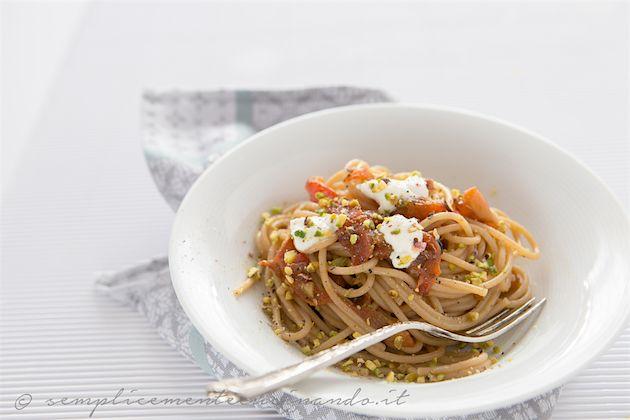 Se lo spaghetto quadrato Pasta La Molisana mi ha stregata da subito, non esiste altro spaghetto oramai a casa, lo spaghetto quadrato integrale non ha deluso le aspettative. La consistenza, la soddisfazione nell'arrotolarlo e mangiarlo restano le stesse, aggiunte di quel sapore lievemente rustico e sano. Lo spaghetto quadrato integrale peperoni e ricotta è un […]