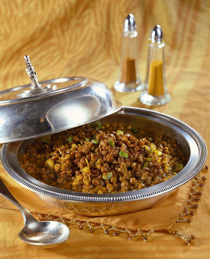 Scopri come cucinare le lenticchie in umido con un profumo di zenzero e curcuma, perfetto come contorno per il pranzo di Capodanno.