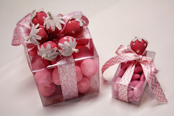 Scatoline trasparenti con #marshmallow, #confetti rosa, #nastri e decorazioni a forma di fragola.