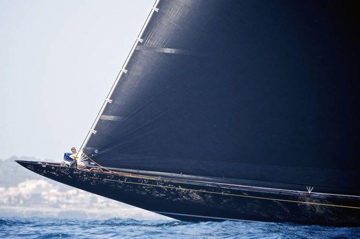 Je n'avais jamais vu de Classe J autrement qu'en photo. Fantômes des années 30, noyés d'embruns, frayant dans d'autres mondes plus violents et plus beaux, des bateaux plus sublimes que ne le serait jamais aucun autre bateau. La voile majuscule était là, dans ces mythes foudroyants en sépia – mais existaient-ils vraiment ? N'était-ce pas une légende ? Je n'avais jamais vu de Classe J en vrai. Jusqu'alors. Mon Dieu.