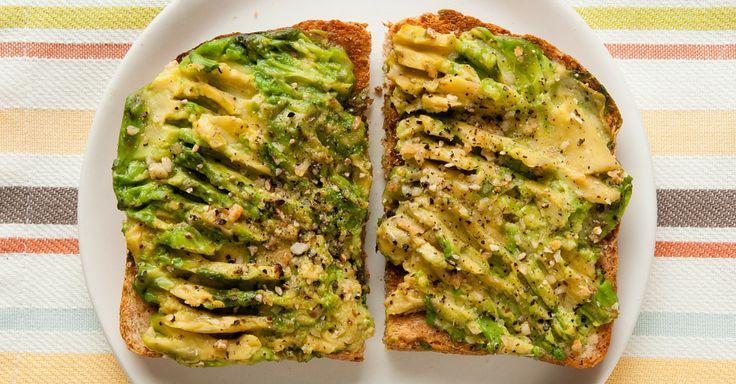 Opékaný toast s avokádem a olivovým olejem