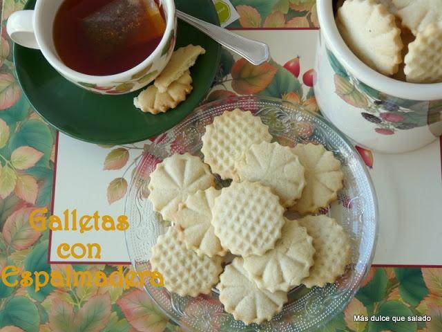 Galletas de mantequilla decoradas con la espalmadera o mazo para la carne.