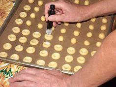 Rychlé koláčky 300 ghladké mouky 250 gmásla 3 kstrojúhelníčky taveného sýra pečící papír moučkový cukr smíchaný s vanilkou různé náplně: marmelády, povidla, tvaroh ...  vypracujeme hladké těsto, ze kterého uválíme kuličky uděláme širší vařečkou důlky, do nich dáme náplň.  Pečeme ve vyhřáté troubě na 180 °20 min, pocukrujeme