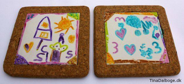 Gaveide som børn selv kan lave bordskåner med korkramme og porcelænsflise - hobbymaterialer fra Kreahobshop.dk