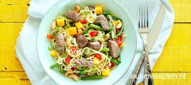 Deze Oosterse maaltijdsalade met noedels, biefstuk en mango is een heerlijk en gezond gerecht dat gegarandeerd bij iedereen in de smaak valt.