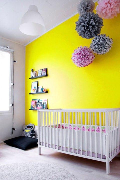 Mur jaune pour de la couleur dynamique dans la chambre bébé fille  http://www.homelisty.com/chambre-bebe-fille/