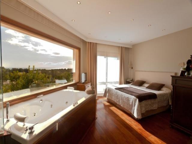 Bañera de hidromasaje en el dormitorio... Un lujo que no todos se pueden permitir....