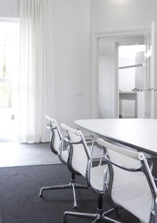 Interieur eigentijds kantoor in monumentaal koetshuis - Francine Broos Interieurarchitecten