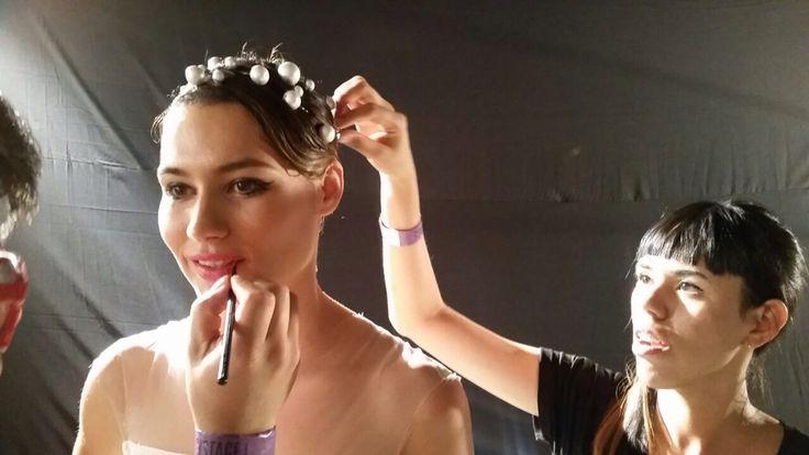 Peinando a la modelo Carolina Jaramillo para la pasarela de Fracesca Miranda en Colombiamoda 2015