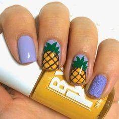 Nail art celeste con ananas