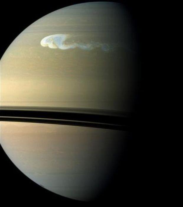 La sonde Cassini de la NASA a pris des images de la plus grosse tempête jamais observée sur Saturne.  En savoir plus : http://www.maxisciences.com/saturne/d-039-etonnantes-images-de-la-plus-grosse-tempete-jamais-observee-sur-saturne_art25837.html Copyright © Gentside Découverte.... D'après les estimations faites cette tempête visible ici en couleurs quasi réelles couvrait une surface 500 fois supérieure à celles observées auparavant...(Crédits : NASA/JPL-Caltech/SSI)
