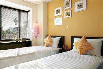 Kawasan Kuta memang penuh dengan hotel-hotel murah dengan pelayanan terbaik. Salah satunya adalah The Spot Legian Hotel. Hotel budget ini mengusung desain yang meriah. Warna-warni cerah tampak menghiasi bagian dalam maupun luar hotel. Terdiri atas 5 lantai, The Spot memiliki total 21 kamar tamu. Kolam renang yang unik dan minimalis tersedia di bagian paling atas hotel sehingga para tamu bisa berenang sambil menikmati pemandangan kota. Asyiknya lagi, The Spot memiliki lokasi yang berdekatan…