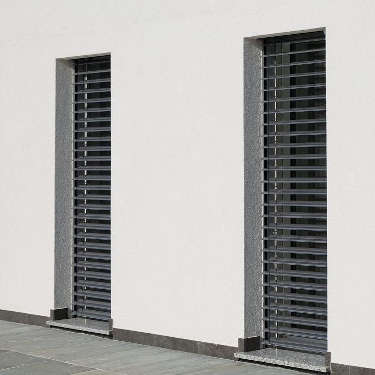 Serramenti K40 'tuttovetro' su una casa passiva bifamiliare con raffstore (soluzione di sistema ALPIraffcass).