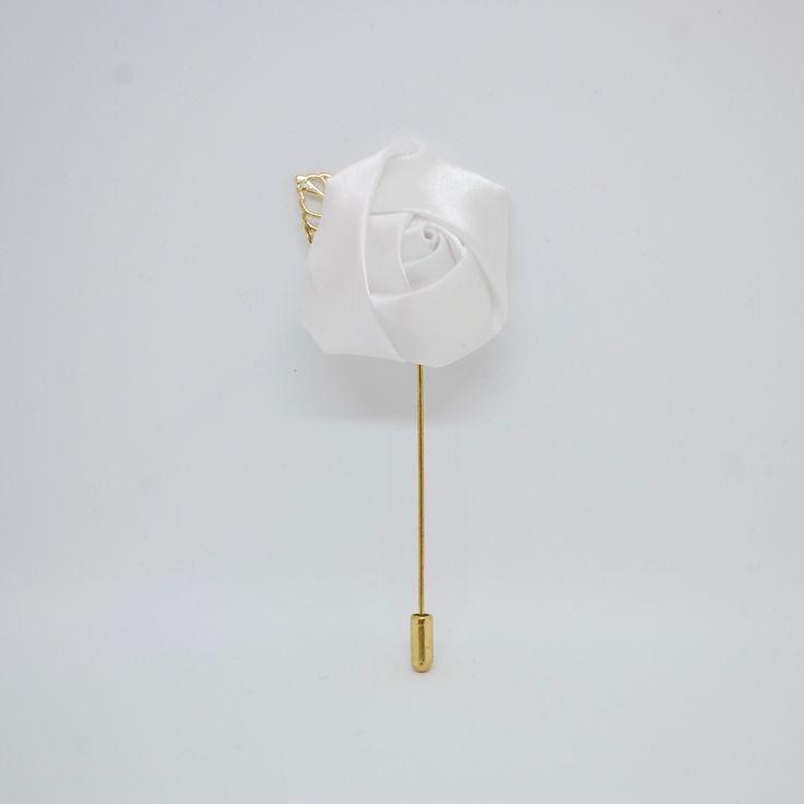 Купить Белая бутоньерка в виде цветка с листиком в интернет магазине аксессуаров OTOKODESIGN