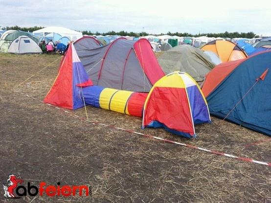 Zelten ;) http://www.abfeiern.com/ausruestung/packliste/