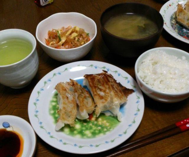 くららさんの春雨サラダ、美味しい~(*≧∀≦*) あ、ゴマ忘れてたf(^_^;  風邪をひきました∵ゞ(>д<)ハックシュン! 皆さんも気をつけて下さいね。 - 59件のもぐもぐ - くららさんのあっとゆーま中華春雨サラダ⭐&焼き餃子&ワカメとネギの味噌汁 by sakachinmama