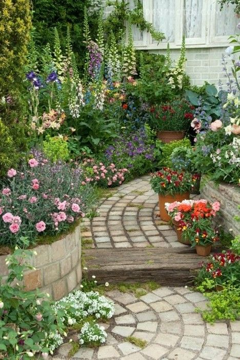 Beautiful English garden. Impressive stone path and excellent planting by hight to achieve a very vertical look.