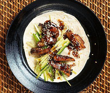 Kinesisk pekinganka tar flera dygn att laga om det görs enligt traditionen. Här är en fuskvariant med kyckling som går supersnabbt. Bjud den stekta kycklingen med grönsaker i varma små tortillabröd. Ringla över hoisinsås, rulla ihop och mys!
