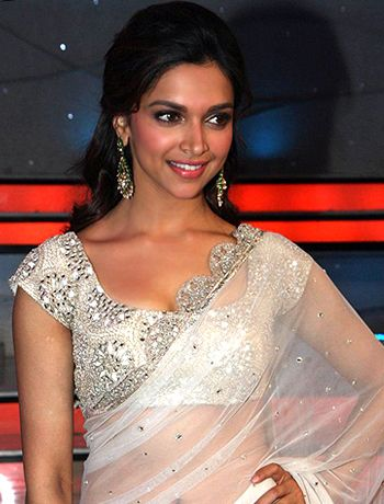 Deepika Padukone and Finding Fanny Team parties after the film's completion! - http://www.bolegaindia.com/gossips/Deepika_Padukone_and_Finding_Fanny_Team_parties_after_the_films_completion-gid-36875-gc-6.html