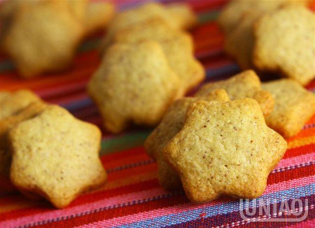 BOLACHAS DE AMENDOIM 1 colher (chá) de bicarbonato de sódio (5g) 5 xícaras (chá) de farinha de trigo (550g) 1 xícara (chá) de leite morno (200ml) 1 e ½ xícara (chá) de amendoim torrado e moído com pele (250g) 2 xícaras (chá) de União Refinado (320g) 2 e ½ xícaras (chá) de amido de milho (250g) 250 gramas de manteiga 1 colher (chá) rasada de fermento em pó (4g) 3 ovos (cerca de 180g)