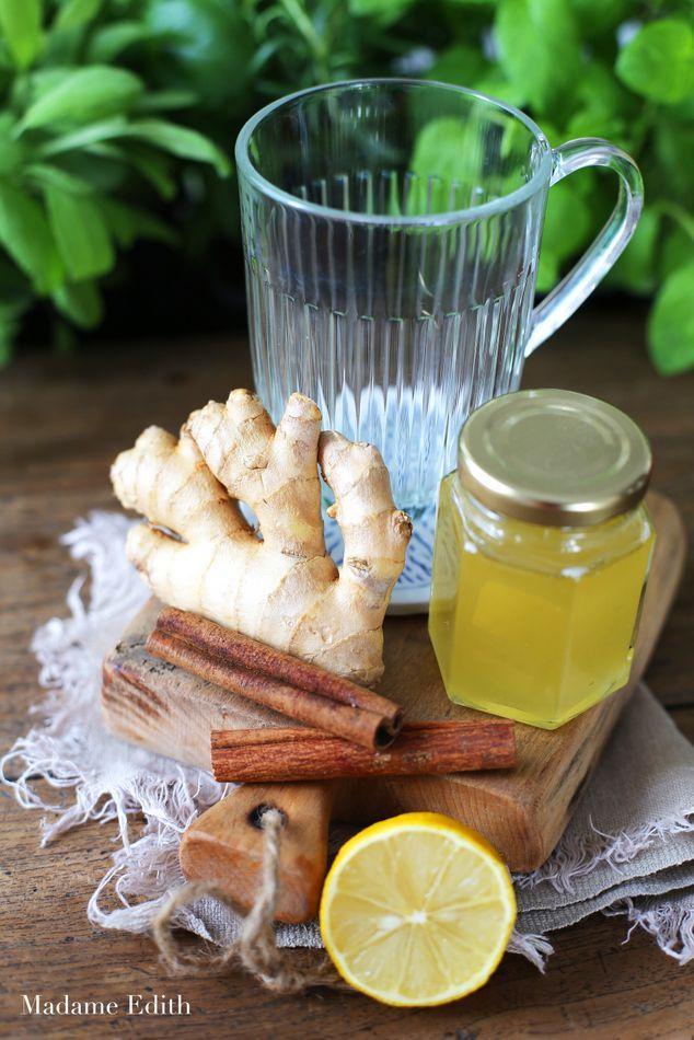 kawałek imbiru (ok. 3-5 cm) kawałek kory cynamonu 300 ml gorącej wody cytryna miód