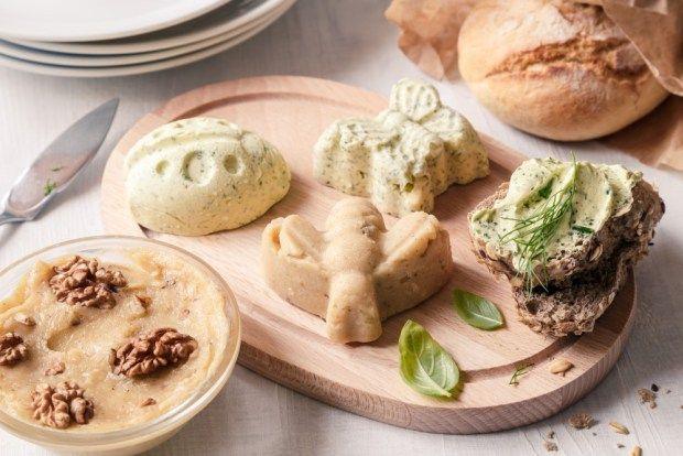 Vyzkoušejte ochucená másla, jsou božská na horké ciabatty, k dochucení grilované zeleniny, pečených brambor a samozřejmě steaků. Rozdělit máslo do menších porcí je docela praktické. Každý si odebere tu svou a celkové množství másla se neustále nerozehřívá na stole. Dokonce si můžete naplnit malé tvary ve formě na led, kdy vzniknou jednorázové snídaňové porce.