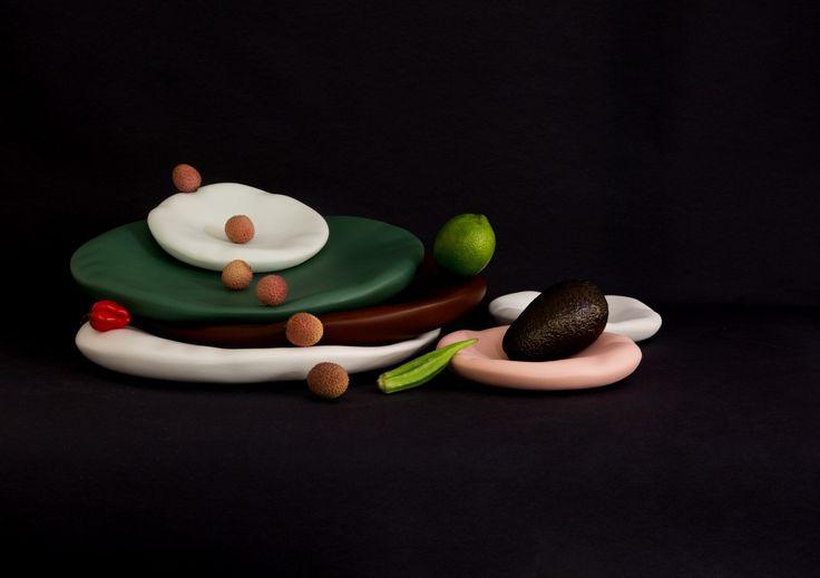Plus besoin de vous présenter la designer française Constance Guisset, ni la maison d'édition d'objet et de mobilier contemporains, Moustache. Leur association a toujours été une réussite et cette nouvelle collaboration n'échappe pas à la règle !  Voici CANOVA, une série de plats en trompe-l'oeil, rendant hommage à la sculpture. Le modelage crée une illusion de souplesse, façonnée dans la matière vivante de la céramique. Disponible dans 2 tailles et 5 couleurs, CANOVA est si beau et…