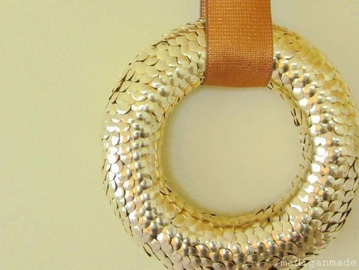 Gold thumbtacks! Well my goodness, that looks awesome!! #wreath #diy #craft #create #make #thumbtack #gold