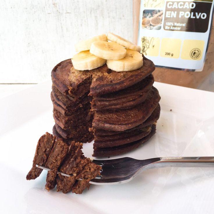Pancakes de banano y chocolate le cambian la cara al desayuno