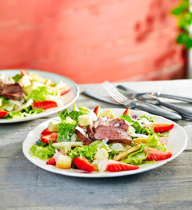 Caesarsalaatti on klassikko vailla vertaa. Tällä kertaa siinä on halloumijuustoa ja mansikoita. Kastike on maustettu Pirkka-kalakastikkeella. Tarjoa sellaisenaan tai lampaan lisäkkeenä.