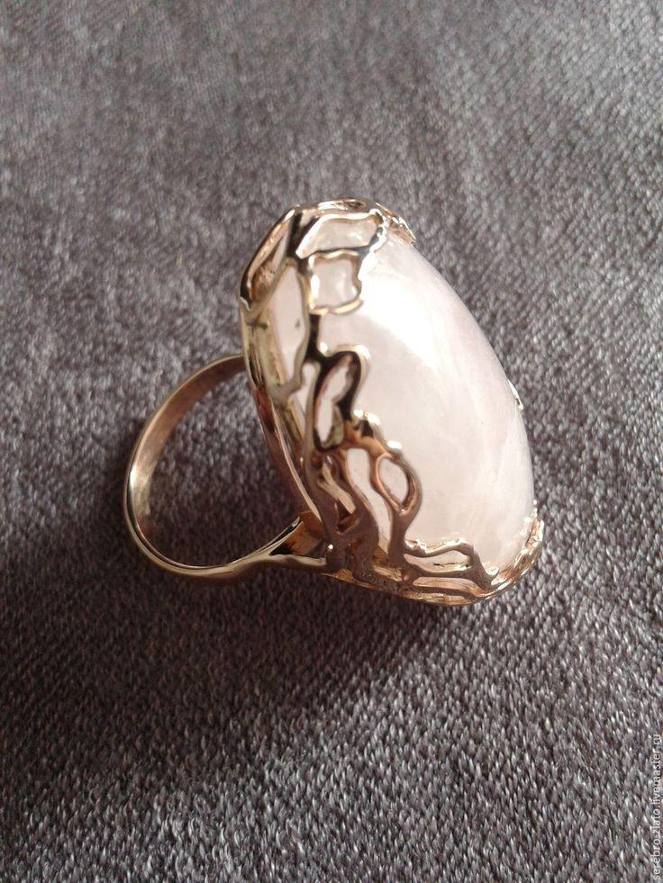 Купить или заказать Кольцо ' Объятия Нежности ' в интернет-магазине на Ярмарке Мастеров. Золотое кольцо с большим розовым кварцем. Несмотря на объёмность, кольцо очень нежное и изящное. Золотые ветви нежно и ласково обнимают прекрасный розовый кварц. Работа выполнена мной вручную по собственным эскизам. Вдохновение черпаю от красоты камня)) С удовольствием сделаю подобную или другую оправу из серебра или золота для Ваших камушков!