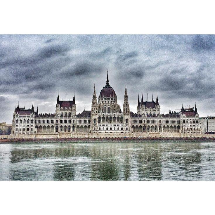 И ещё немного Будапешта. Парламент Венгрии. #парламент #венгрия #будапешт #замок #parlament #hungary #budapest #xmasvibes #xmas #xmasholidays #christmas #рождество #рождественскиеканикулы #турист #путешествие #отпуск #vacation #holidays