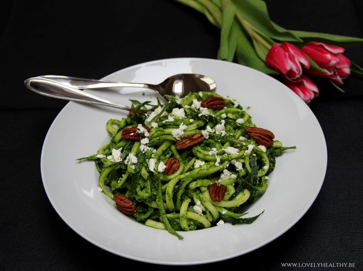 Courgette spaghetti met romige avocado spinazie saus
