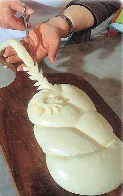 TRIZZA P.A.T. Formaggio grasso, fresco, a pasta semidura e filata. Formaggio a pasta filata che si ottiene dal latte delle vacche di razza Sardo-Modicana. La formatura a treccia può presentare decori in pasta filata.