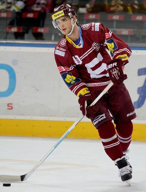 40  Vladimir Eminger  D https://www.facebook.com/hcsparta/photos/a.126506763231.106144.58826048231/10152900420813232/?type=1
