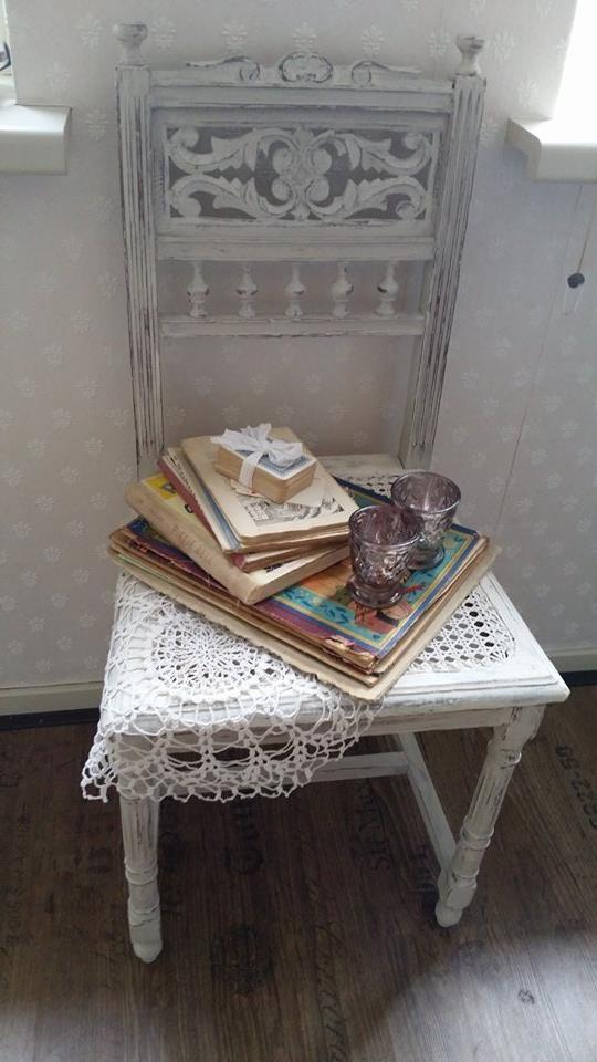 Hier nog een foto van een stoeltje. Annie Sloan French Linen gemengd met Pure White, opgeschuurd en afgewerkt met Clear Wax Groetjes Bertine