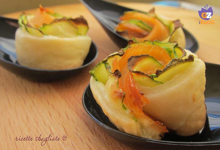 Rose di pasta brisee zucchine e salmone, facili e scenografiche