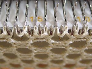 Schlaufe auf einer Nadel verdreht Mehr