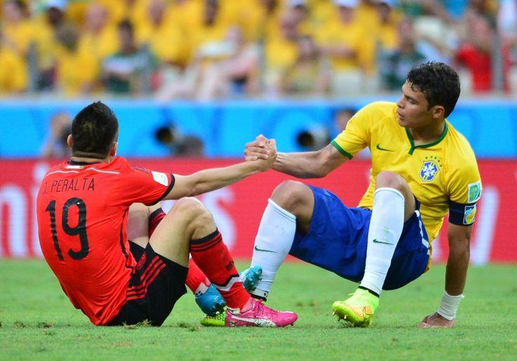 Beau geste de Thiago Silva aidant Oribe Peralta à se relever.