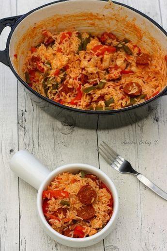 Riz à la mexicaine (pour 4 personnes) 250g de riz 2 ou 3 tomates selon leur taille 1 poivron vert 1 poivron rouge 1 oignon 1 chorizo doux ou fort selon le goût 2 cuil. à soupe d'huile d'olive extra vierge 1 cuil. à café de chili en poudre (ou paprika, piment doux ou fort) sel, poivre