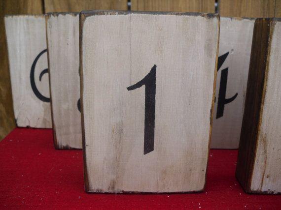 Questa è la lista per una serie di 12 numeri della tabella. I numeri sono realizzati in legno di recupero che è stato verniciato bianco, invecchiato e angosciata. I numeri sono dipinte in nero su entrambi i lati del blocco.  I blocchi con una singola cifra misura 6 x 4,25 x 1.5  I blocchi con doppia cifra misurano 6 x 5 x 1,5  Poiché i blocchi sono realizzati con legno di recupero potrebbero esserci lievi variazioni di colore e il carattere del legno.  Questi blocchi sono self-standing…